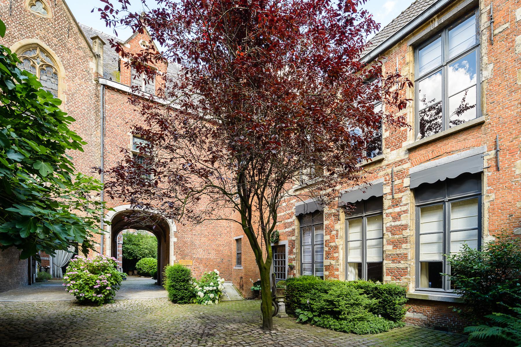 Prachtig hoofdhuis met tuin en koetshuis for Huis met tuin te koop antwerpen